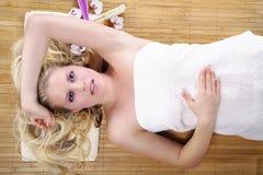 Schöne blonde wellnes Frau entspannt sich Stockbilder