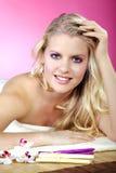 Schöne blonde wellnes Frau entspannt sich Stockfotografie