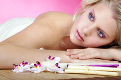 Schöne blonde wellnes Frau entspannt sich Lizenzfreies Stockbild