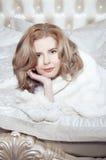 Schöne Blondine auf dem Bett Lizenzfreie Stockfotografie
