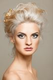 Schöne Blondine auf dem weißen Hintergrund Lizenzfreie Stockfotos