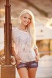 Schöne Blondine auf der Straße der Stadt Stockbilder
