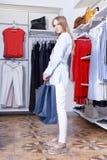 Schöne Blondine auf einem Einkaufen in einer Butike Lizenzfreies Stockfoto