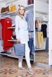 Schöne Blondine auf einem Einkaufen in einer Butike Lizenzfreie Stockfotografie