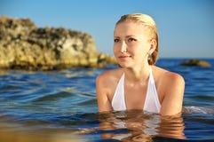 Schöne Blondine auf Meer stockfoto
