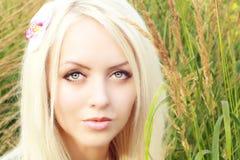Schöne Blondine auf Natur Lizenzfreie Stockbilder