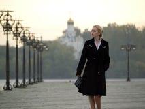 Schöne Blondine auf Promenade Lizenzfreies Stockfoto