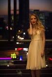 Schöne Blondine auf städtischem Balkon Lizenzfreies Stockfoto