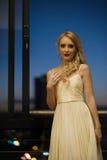 Schöne Blondine auf städtischem Balkon Stockfotos