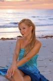 Schöne Blondine auf Strand Lizenzfreies Stockfoto