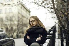 Schöne Blondine in den Gläsern, beschichten nahe Straße an der Straße Lizenzfreies Stockfoto