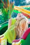 Schöne Blondine der attraktiven Mode im eleganten gelben Kleid im Vergnügungsparksommer lizenzfreies stockbild