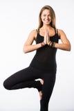 Schöne Blondine in der Baum-Haltung, die Yoga lokalisiert auf Weiß tut Lizenzfreie Stockfotografie