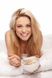 Schöne Blondine, die ein gesundes Frühstück genießt Stockfotos