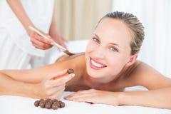 Schöne Blondine, die eine Schokoladenschönheitsbehandlung genießt Lizenzfreies Stockfoto