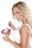 Schöne Blondine, die einen köstlichen Nachtisch genießt Stockfotos