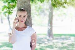 Schöne Blondine, die Smartphone im Park verwenden Lizenzfreies Stockbild