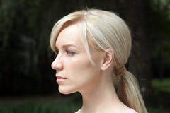 Schöne Blondine draußen (2) Stockbilder