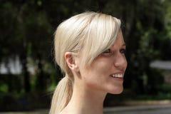 Schöne Blondine draußen (3) Stockbild