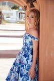 Schöne Blondine in einem blauen Kleid des Sommers in einem Süd-Europa Stockbild