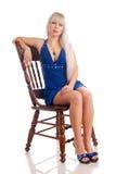Schöne Blondine in einem dunkelblauen Kleid Lizenzfreie Stockbilder