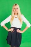 Schöne Blondine in einem Kleid Stockfotografie