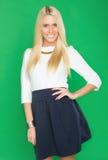 Schöne Blondine in einem Kleid Stockfoto