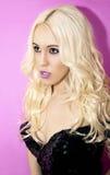 Schöne Blondine in einem schwarzes Kleidschönen Make-up und einem hai Stockfoto