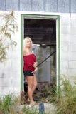 Schöne Blondine in einem verfallenen Haus (1) Stockfotografie