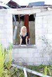 Schöne Blondine an einem verlassenen Haus (1) Stockfotos