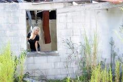 Schöne Blondine an einem verlassenen Haus (3) Stockbilder