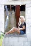 Schöne Blondine an einem verlassenen Haus (4) Stockbilder