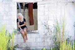 Schöne Blondine an einem verlassenen Haus (6) Stockfoto