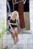 Schöne Blondine an einem verlassenen Haus (7) Stockfoto
