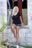 Schöne Blondine an einem verlassenen Haus (8) Stockbilder