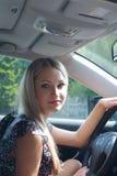 Schöne Blondine für Lenkrad des Autos Stockbild