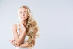 Schöne Blondine Frisur und Make-up Lizenzfreie Stockfotos
