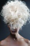 Schöne Blondine. Gesundes langes gelocktes Haar Lizenzfreie Stockfotos