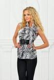 Schöne Blondine im Abendkleid. Stockfoto