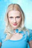 Schöne Blondine im Blau lizenzfreie stockfotografie