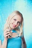 Schöne Blondine im Blau mit Sonnenbrillen stockfotos