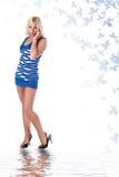 Schöne Blondine im blauen Strumpfkleid Stockbilder