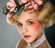 Schöne Blondine im bunten Wreath Stockfotografie
