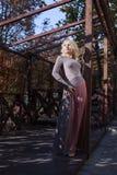 Schöne Blondine im Kleid geht in Herbst Lizenzfreie Stockfotos