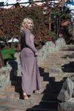 Schöne Blondine im Kleid geht in Herbst Lizenzfreie Stockfotografie