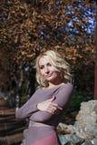 Schöne Blondine im Kleid geht in Herbst Stockbilder
