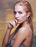 Schöne Blondine im Meer Stockbilder