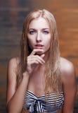 Schöne Blondine im Meer Lizenzfreie Stockbilder