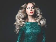 Schöne Blondine im paillettenbesetzten Kleid Stockfoto