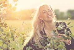 Schöne Blondine im Park Lizenzfreie Stockbilder